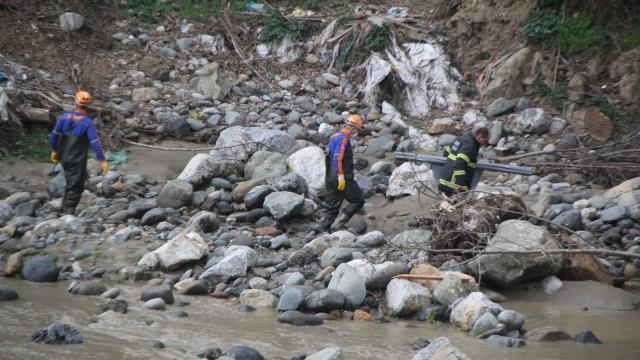 Giresunda, debisi yükselen derede suya kapılan iki işçiden biri öldü