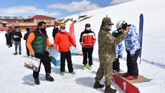 Hakkaride 2 yılda 22 bin kişiye kayak eğitimi verildi