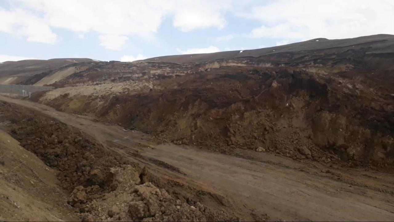 Erzurum-Tekman karayolunda yaşanan heyelan ulaşımı aksatıyor - Son Dakika  Haberleri