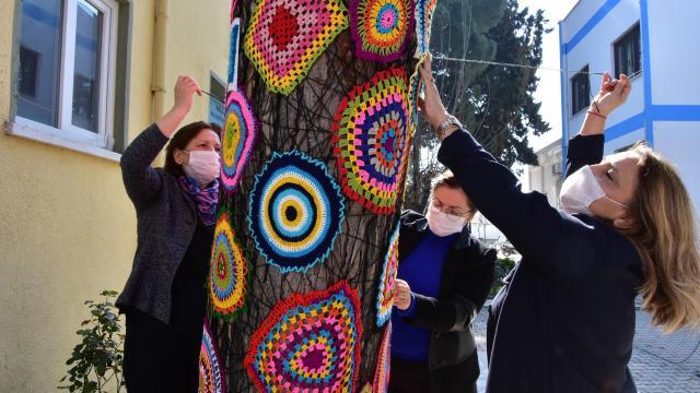 Muğlada kadınlar ağaçları iğne oyasıyla süsledi