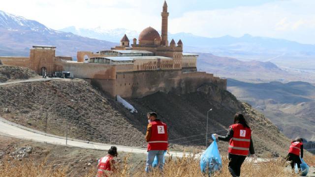 Türk Kızılay gönüllülerinden İshak Paşa Sarayı çevresinde temizlik