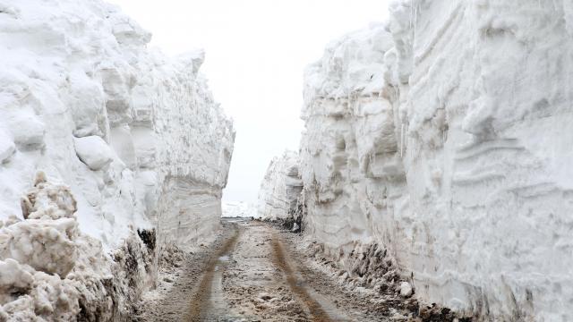 Muşta karla mücadele ekipleri, nisanda metrelerce karla kaplı köy yollarını açmaya çalışıyor