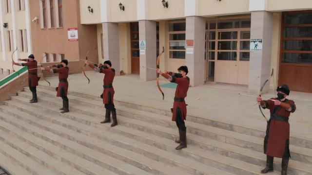 Kendi oklarını üreten öğrenciler yarışmaya hazırlanıyor