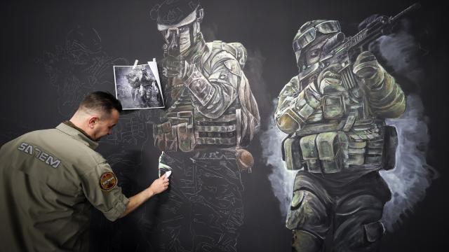 Polis memuru sanatsal becerilerini sanal operasyon alanlarının tasarımında kullanıyor