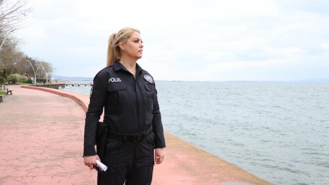 Gazi kadın polis memuru mesleğini ilk günkü heyecanla yapıyor