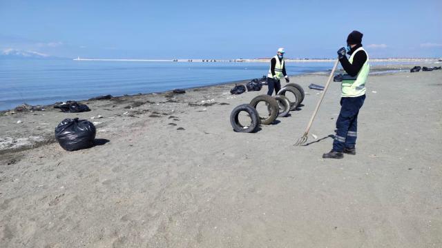 Belediye ekipleri Van Gölü sahilinde temizlik yaptı