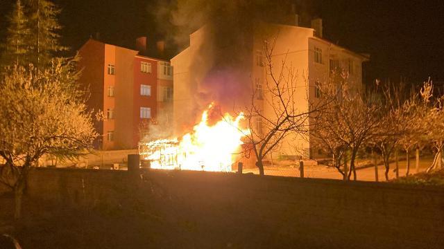 Konyada site yangını: Otomobil, motosiklet ve kameriye yandı