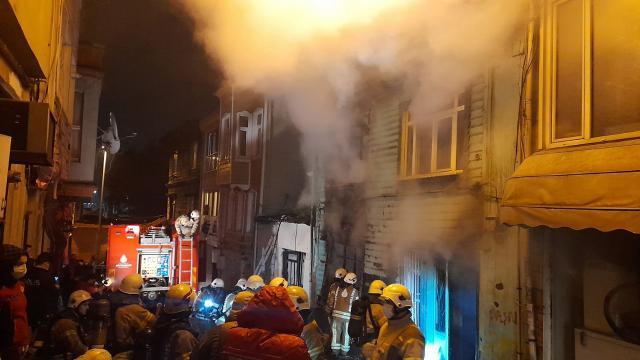 İstanbulda yangın: İki katlı ahşap bina kül oldu