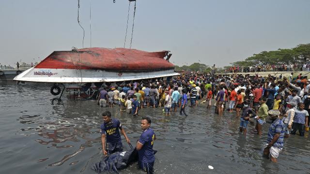 Bangladeşte feribot devrildi: 34 ölü
