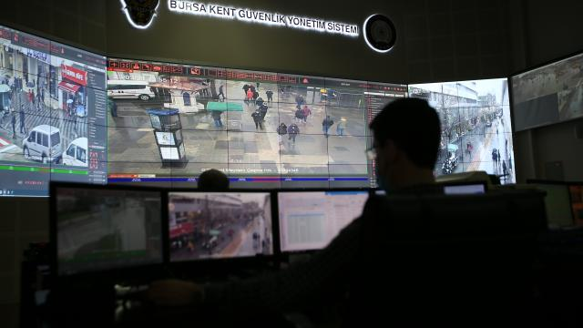 Bursa polisi Covid-19 tedbirleri kapsamında maske takmayan vatandaşları kameradan tespit edip uyarıyor