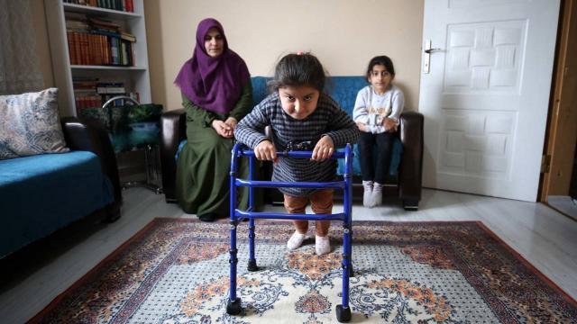 Muşta cam kemik hastası 2 kız kardeş tedavileri için destek bekliyor