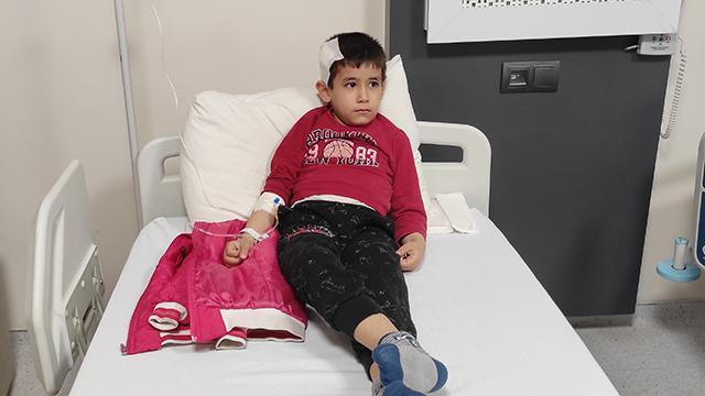 """6 yaşındaki çocuk """"yorgun mermi"""" sebebiyle yaralandı"""