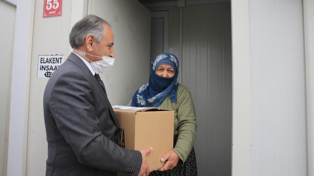 Elazığda konteyner kentlerde geçici barınan depremzedelere 5,5 ton hijyen kolisi yardımı yapıldı