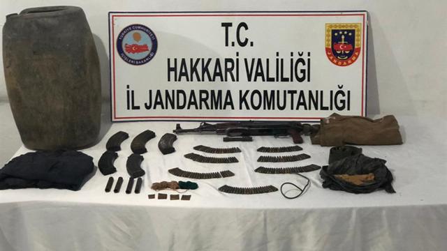 Hakkaride teröristlere ait silah ve mühimmat ele geçirildi