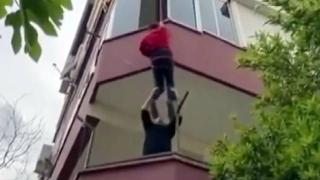 Anahtarı unutulan daireye halatla tırmandı