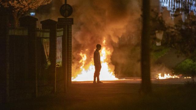 Kuzey İrlandada gösteriler devam ediyor: Otobüs ateşe verildi