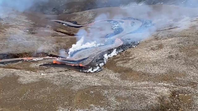 İzlandada bir yanardağda oluşan yarıktan lav püskürdü