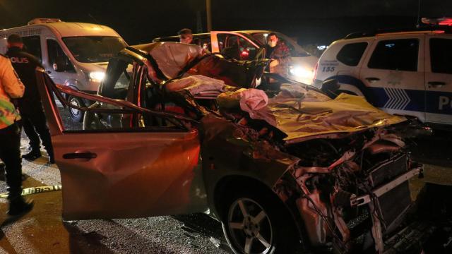 İzmirde otomobil tıra çarptı: 1 ölü