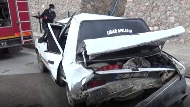 Amasyada kamyonet ile otomobil çarpıştı: 2 yaralı