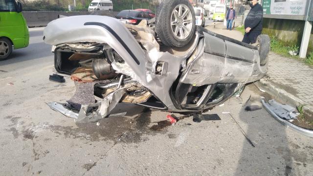 Kocaelide bir otomobil refüje çarptı 5 kişi yaralandı