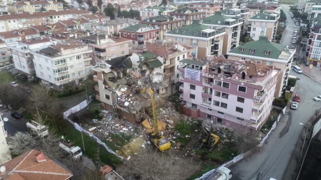Büyükçekmecede kentsel dönüşüm kapsamında 3 binanın daha yıkımına başlandı