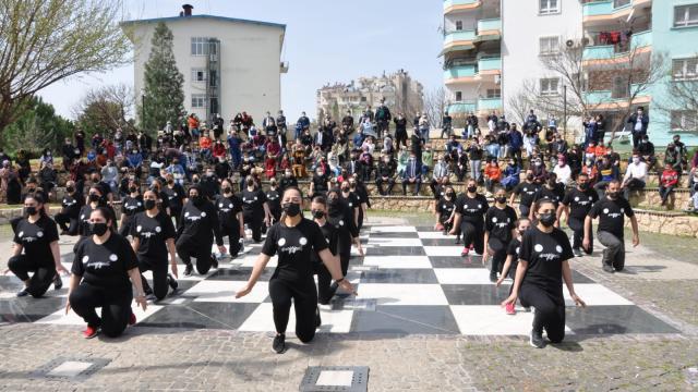 Kozanda Halk Eğitim Merkezi öğrencilerinden polislere halk oyunu sürprizi