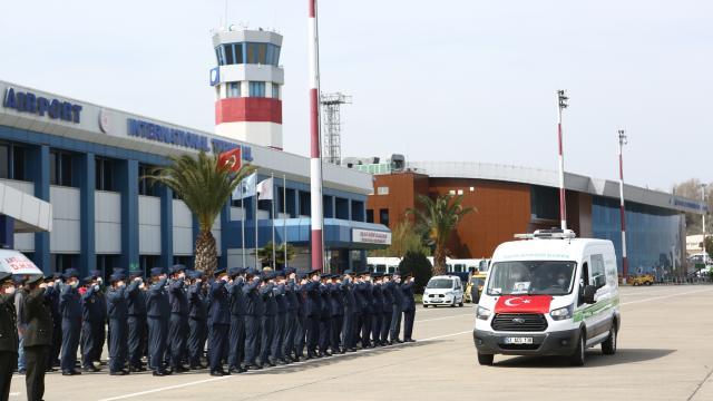 Konyada Türk Yıldızları uçağının düşmesi sonucu şehit olan pilot Yüzbaşı Gençcelepin naaşı Trabzona getirildi
