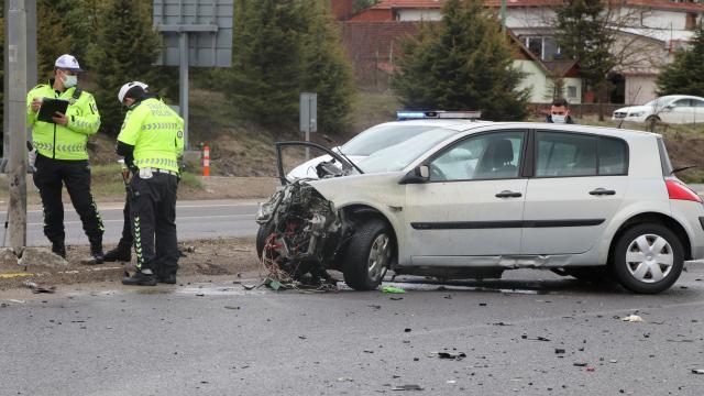 Boluda iki otomobilin çarpışması sonucu 1 kişi öldü, 3 kişi yaralandı