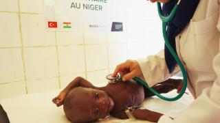 Yeryüzü Doktorları Yemen'de açlık nedeniyle sağlıklarından olan çocuklara şifa dağıtmayı sürdürüyor