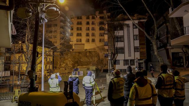 Ankarada kontrollü yıkımına başlanan binada çalışmalara ara verildi