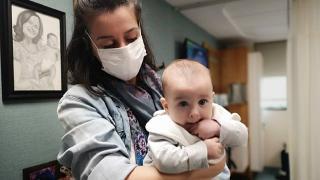 Koronavirüs pozitif annenin bebeği negatif doğdu