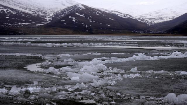 Baharın gelişiyle Çıldır Gölünü kaplayan buz erimeye başladı