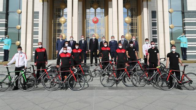 Cumhurbaşkanı Erdoğan, Cumhurbaşkanlığı Bisiklet Turu Ankara Kafilesini kabul etti
