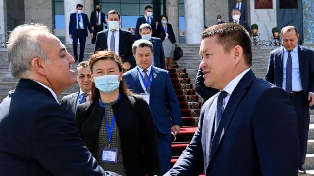 Kırgızistandan uçakta rahatsızlanan bebeği kurtaran Türk vekile teşekkür