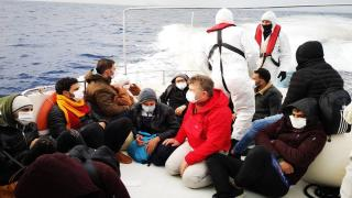 Türk kara sularına itilen 15 düzensiz göçmen kurtarıldı