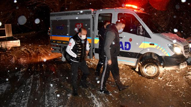 Vadideki yamaçta mahsur kalan 2 genç kurtarıldı
