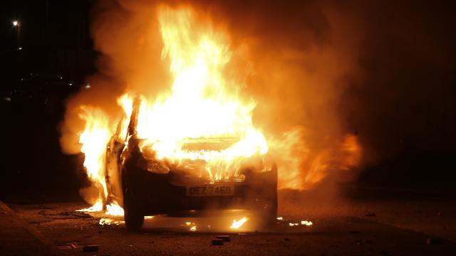 Kuzey İrlandada tansiyon yüksek: Aracı ateşe verdiler