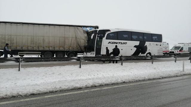 Konyada yolcu otobüsü tıra çarptı: 6 yaralı