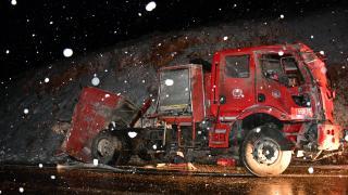 İtfaiye aracı buzlanma nedeniyle yoldan çıktı: 5 yaralı