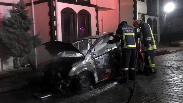 Kocaelide otomobilde çıkan yangın söndürüldü