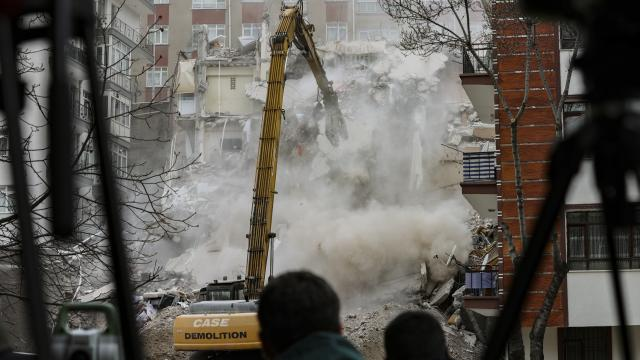 Açelya Apartmanının kontrollü yıkım çalışmaları sürüyor