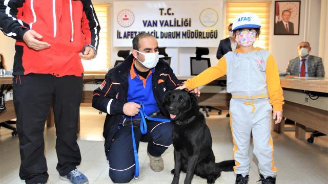 Arama kurtarma köpeği Gece yardım bekleyenlere ışık olacak