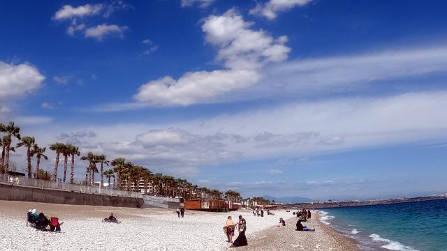 Antalyada güneşli havayı fırsat bilenler sahillerde vakit geçirdi