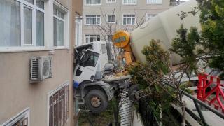 İstanbul'da beton mikseri 6 katlı binaya çarptı