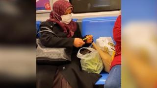 Metroda fasulye ayıkladı, sosyal medyada ilgi gördü