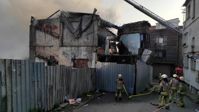 Fatihte metruk binada yangın