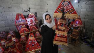 Gazze evlerini süsleyen ramazan kandillerini 5 çocuk annesi Kader yapıyor