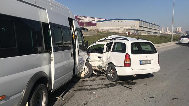 İstanbulda işçi servisi ile hafif ticari araç çarpıştı: 8 yaralı