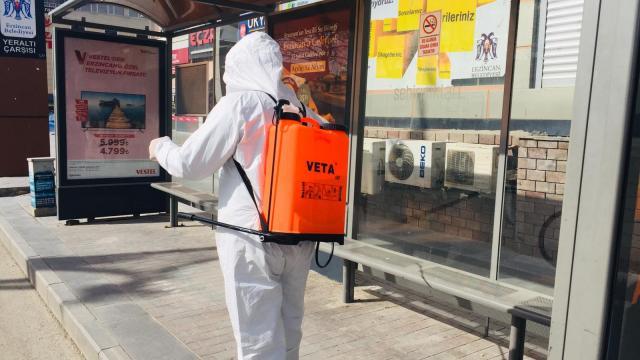 Erzincanda belediye görevlileri otobüsler ile durakları dezenfekte etti
