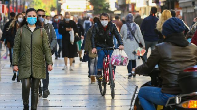 Prof. İlhan: Vakalar düşmezse okullar, AVMler, berberler kapatılabilir